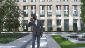 有电话的美国年轻商人-黑人,慢动作 股票视频