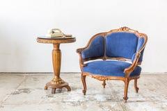 有电话的蓝色沙发长沙发 库存照片