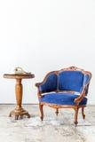 有电话的蓝色沙发长沙发 免版税库存图片