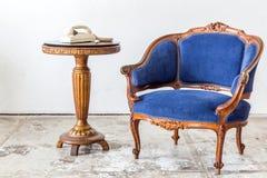 有电话的蓝色沙发长沙发 库存图片