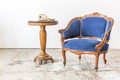 有电话的蓝色沙发长沙发 免版税图库摄影