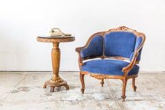 有电话的蓝色沙发长沙发 免版税库存照片