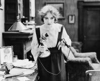 有电话的震惊妇女(所有人被描述不更长生存,并且庄园不存在 供应商保单那里wil 免版税库存图片