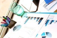 有电话的,数字式片剂工作地点;图表在办公室 免版税库存照片