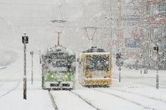 有电车和雪的冬天城市 免版税库存照片