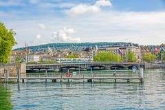 有电车的,河利马特河/湖Zurichsee苏黎世Quaibrucke桥梁 库存图片