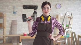 有电钻的画象专业年轻工人木匠妇女 股票视频
