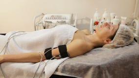有电镀刺激品电极的妇女在她的身体 影视素材
