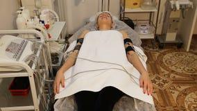 有电镀刺激品电极的妇女在她的身体 股票视频
