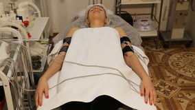 有电镀刺激品电极的妇女在她的身体 股票录像
