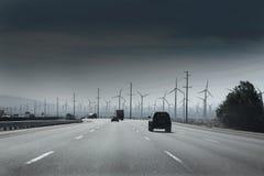 有电风车风力发电机的加利福尼亚路 免版税图库摄影