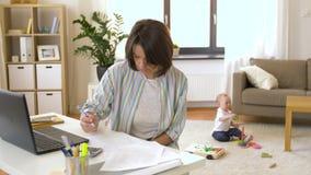 有男婴在家办公室的工作母亲 股票录像