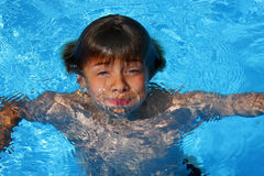 有男孩的乐趣池游泳 免版税库存图片
