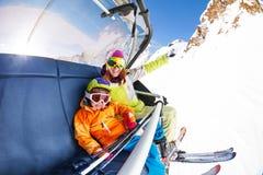 有男孩的妈妈滑雪电缆车索道椅子的 免版税库存图片