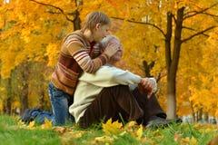 有男孩的祖父在秋天公园 库存照片