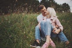 有男朋友的美丽的白肤金发的女孩 库存照片