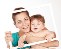 有男婴的可爱的妈妈 图库摄影