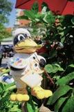 有画家调色板草坪装饰品的五颜六色的大有脚的鸭子艺术家 免版税库存照片