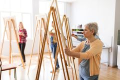有画架和铅笔图的艺术家在艺术学校 库存照片
