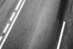 有界线和轮胎轨道的柏油路 免版税图库摄影