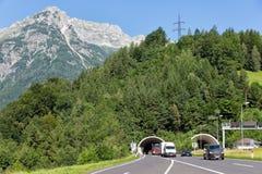 有留下隧道的汽车的奥地利高速公路通过山 免版税库存照片