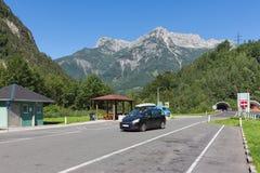 有留下隧道的汽车的奥地利高速公路通过山 图库摄影