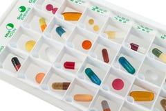 有疗程每日药量的月度药片计划者在每个细胞的 库存照片