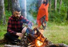 有疲乏的面孔的人和孤独在野餐,烤肉 免版税库存照片