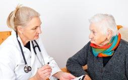 有疼痛thoat的老妇人 库存图片
