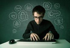 有病毒和乱砍想法的年轻书呆子黑客 免版税库存照片
