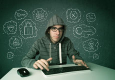 有病毒和乱砍想法的年轻书呆子黑客 免版税图库摄影