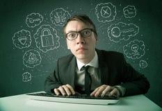 有病毒和乱砍想法的年轻书呆子黑客 库存图片