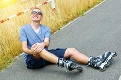 有痛苦的腿的受伤的溜冰者 库存照片