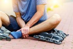 有痛苦的腿的受伤的溜冰者 免版税图库摄影