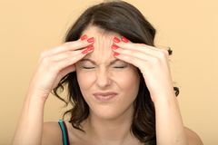 有痛苦的头疼的不快乐的联邦机关被注重的少妇在极度痛苦 库存图片