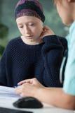 有癌症的妇女在医疗任命期间 免版税图库摄影