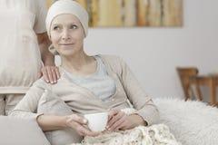 有癌症的愉快的妇女 免版税库存图片