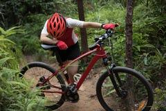 有登山车的骑自行车者在山行迹 免版税库存照片