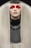 有白发的美丽的苍白妇女 免版税图库摄影
