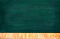 有白垩持有人的黑板黑板 免版税库存图片