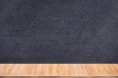 有白垩持有人的黑板黑板 免版税库存照片