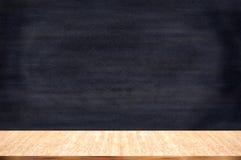 有白垩持有人的黑板黑板 图库摄影