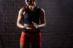 有白垩粉末的女运动员拍的手在力量训练前 库存照片