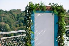 有白皮书的婚礼事件蓝色木屏幕拷贝空间的 免版税图库摄影