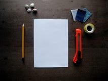 有白皮书空白的书桌 与拷贝空间的顶视图 库存照片