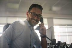 有白种人的商人在输送路线电话的交谈 Bu 库存照片