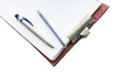 有白纸和两支笔的片剂 免版税库存图片