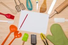 有白纸和铅笔的五颜六色的厨房器物 免版税库存图片
