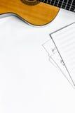 有白纸的吉他在dj或音乐家工作白色书桌背景顶视图大模型的音乐演播室 免版税库存照片