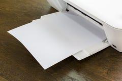 有白纸的打印机 免版税库存照片